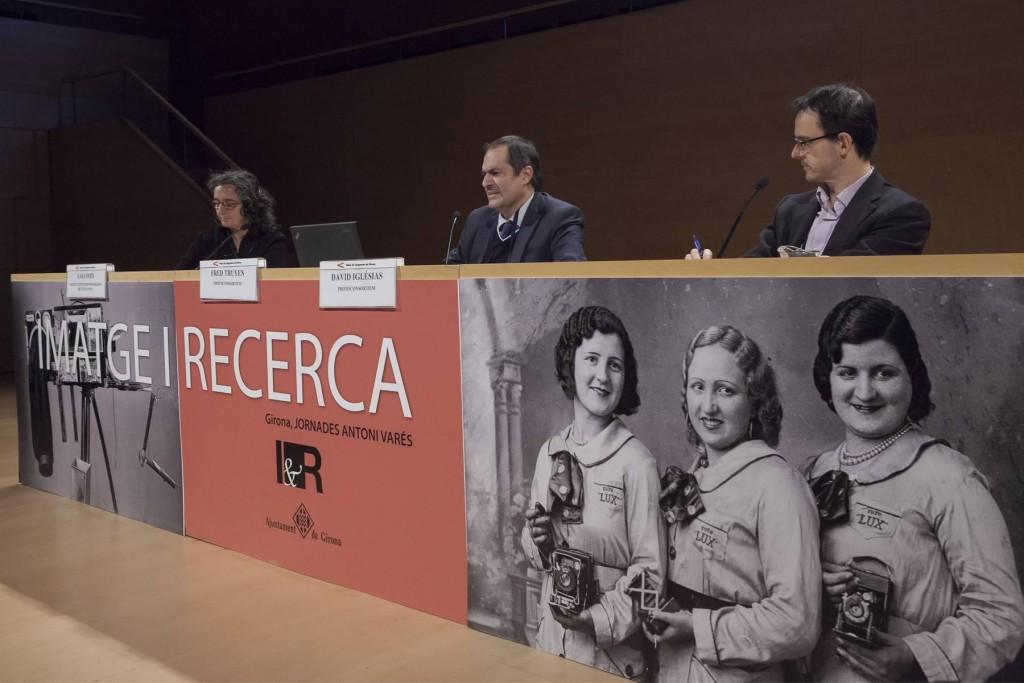 """14es Jornades Imatge i Recerca de Girona. """"PhotoConsortium, International Consortium for Photographic Heritage"""". Cap de taula: Laia Foix. Conferència a càrrec de Fred Truyen, president del PhotoConsortium, i David Iglésias, conseller de PhotoConsortium."""
