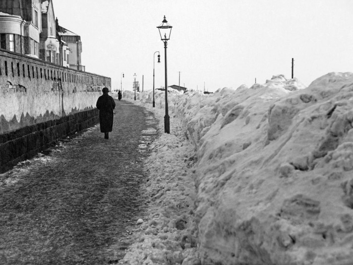 A snowy winter in Helsinki in 1924. Big heaps of snow on Speransky road. CC-BY Museovirasto/Finna